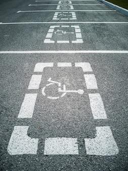 Ungültige parkplätze in einer reihe.