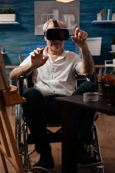 Ungültiger alter künstler, der eine vr-brille verwendet, um ein meisterwerk zu zeichnen