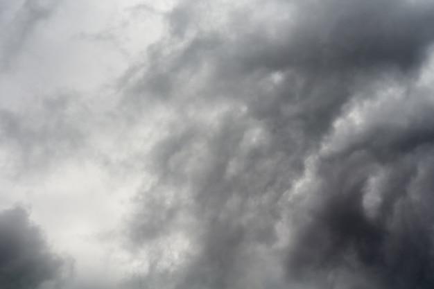 Unheilvolle gewitterwolken