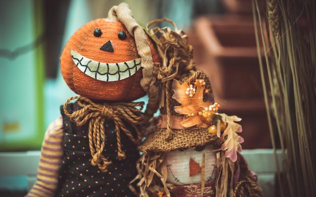 Unheimlich und schöne halloween-puppen