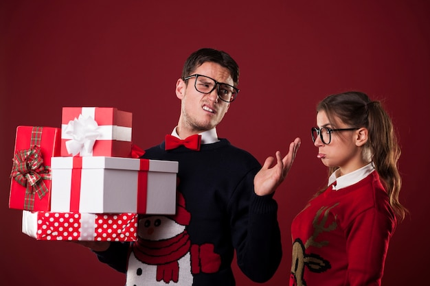 Unhöflicher nerdiger mann mit weihnachtsgeschenken