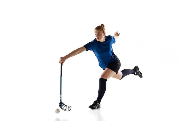 Unihockey-spielerin lokalisiert auf weiß-, aktions- und bewegungskonzept