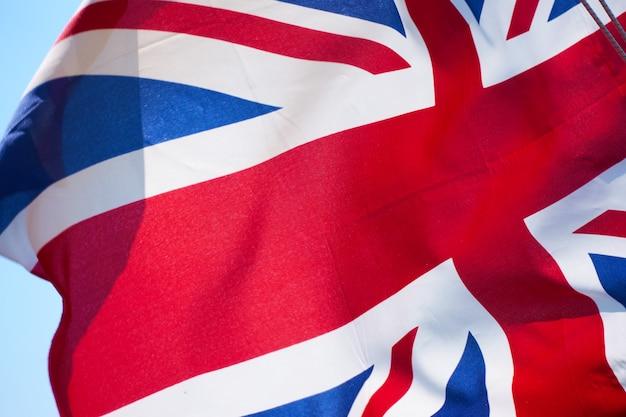 Union jack - flagge des vereinigten königreichs weht im wind nahaufnahme
