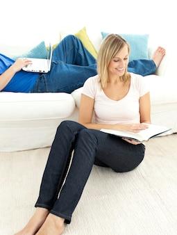 United paar mit freizeit im wohnzimmer