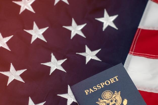 United states passports auf der amerikanischen flagge platziert
