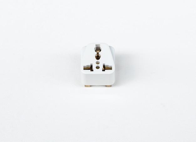 Universaladapterstecker auf der weißen leinwand.