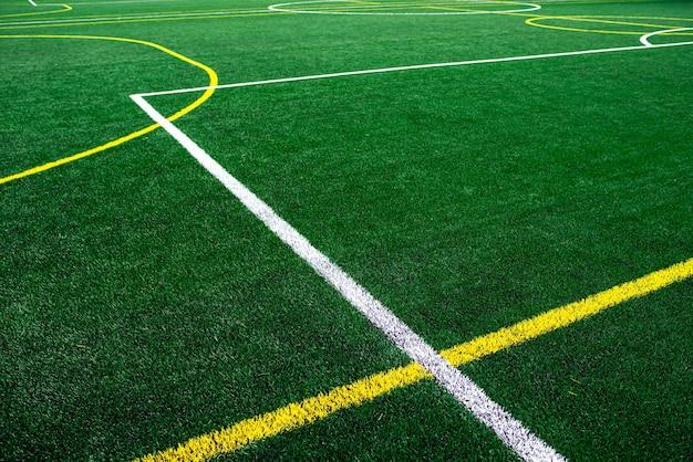 Universitäts- oder schulfußballfeldstadion, grüner grashintergrund.