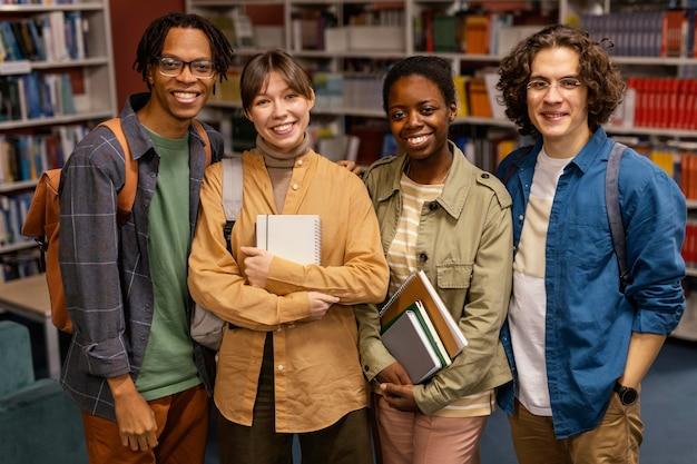 Universitätskollegen posieren an der universität
