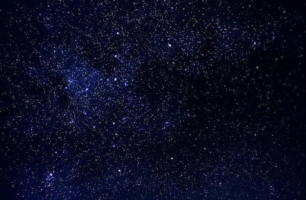 Universum in raum, himmel und sternen in der nacht, milchstraße