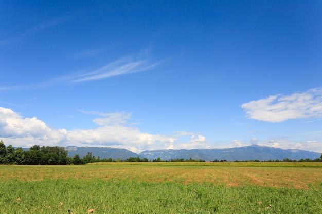 Unkultiviertes feld mit bergen im hintergrund italienische landwirtschaft