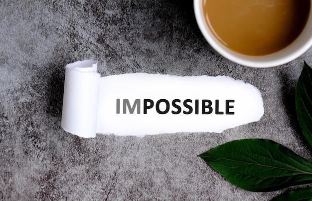 Unmöglich mit tasse kaffee und grünem blatt