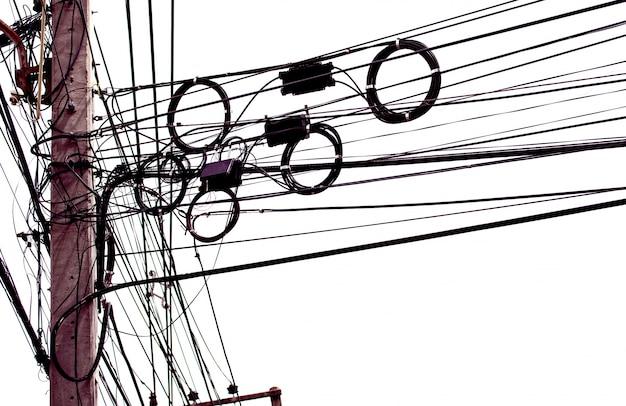 Unordentlich elektrische kabel isoliert auf weißem hintergrund