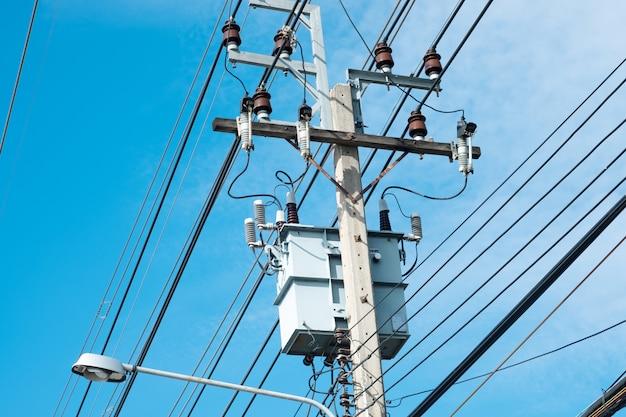 Unordentliche elektrische kabel in thailand - viele linien des chaotischen satzes der kabel verwoben, technologieoffenen luft der optischen faser draußen.