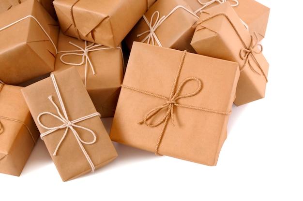 Unordentlichen haufen brauner papierpakete