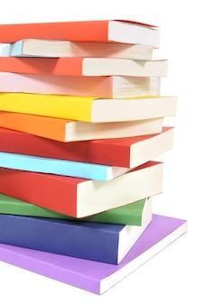 Unordentlicher stapel bunte taschenbuchbücher