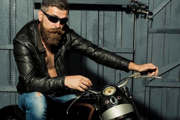 Unrasierter männlicher biker