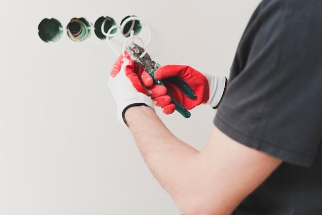 Unrecognizable repairman schneiden draht