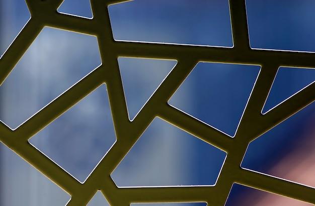 Unregelmäßiges muster von weißen metallfenstern, hintergrundbeleuchtung, für hintergrund