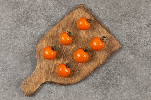 Unreife tomaten auf dem schneidebrett, auf dem marmor.