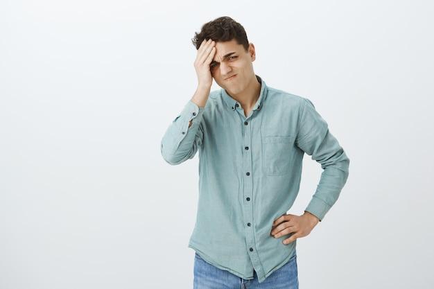 Unruhiger verärgerter junger mann im freizeithemd