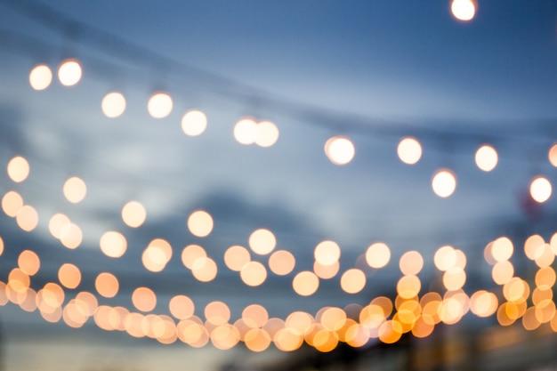 Unschärfe glühbirne im festival hintergrund.