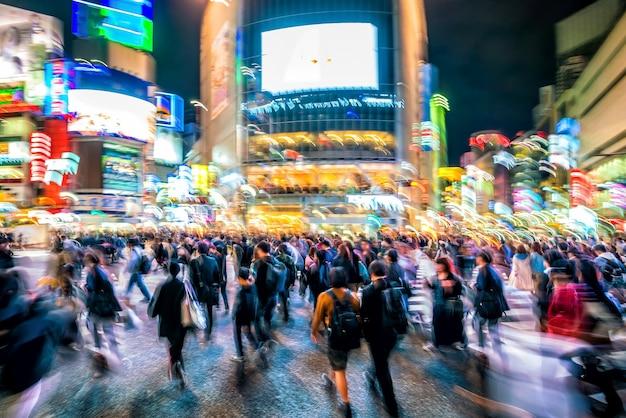 Unschärfe und bewegungsaufnahme von fußgängerüberwegen im stadtteil shibuya in tokio, japan