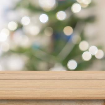 Unschärfe verzierte weihnachtsverzierungskiefer im quadratischen innenhintergrund des ausgangs mit hölzerner perspektiventischplatte