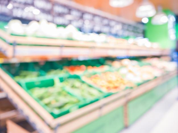Unschärfe von frischen früchten auf regal im supermarkt. shalow dof. für ein gesundes konzept