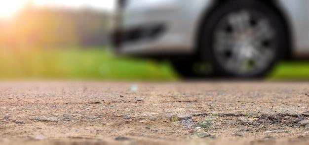 Unschärfen panoramablick auf die grundwasserstraße mit silbernem auto im hintergrund.