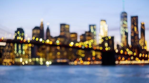 Unscharf gestellt blick auf die skyline von new york von der brooklyn bridge