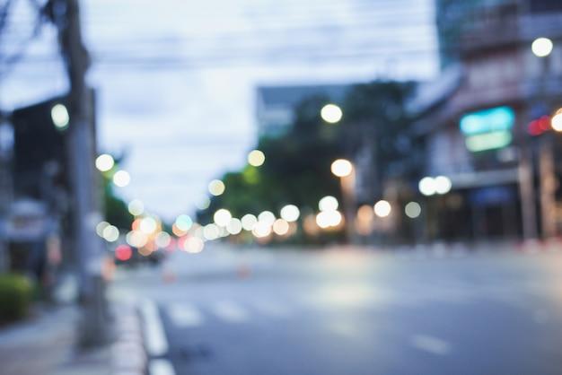 Unscharf gestelltes nachtstadtleben mit autos, leuten und straßenlaternen, retrostil