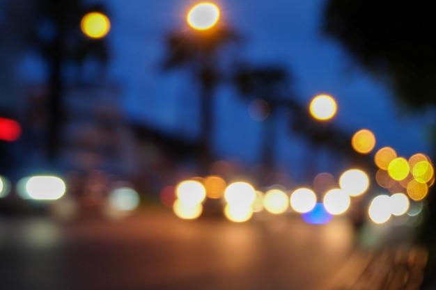 Unscharf schönes, glitzerndes, verschwommenes bokeh von autos und ampeln in der nacht.