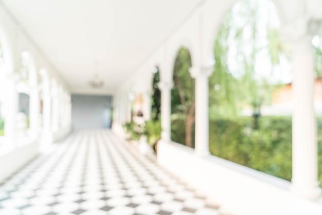 Unscharfe innenansicht, die heraus in richtung zu den leeren bürolobby- und -eingangstüren schaut