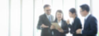 Unscharfe Leute im Büroinnenraum, Geschäftsleute, die das Brainstorming für Verbot besprechen