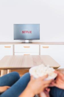 Unscharfe paare mit dem popcorn, das fernsehserie aufpasst