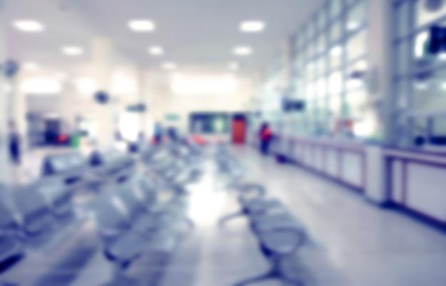 Unscharfe patientenabteilung im krankenhaus, ambulanz für wartenden arzt und geld bezahlen