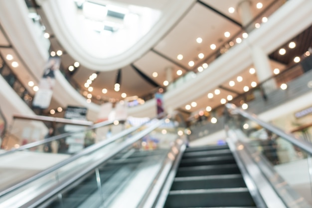 Unscharfe rolltreppe in einem einkaufszentrum