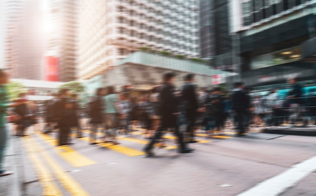 Unscharfe städtische straßen und fußgänger in zentral-hongkong