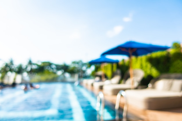 Unscharfe szene des swimmingpools im hotelerholungsort