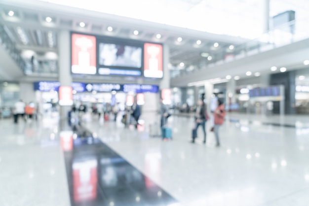 Unscharfe szene mit touristen am flughafen
