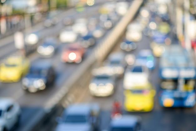 Unscharfe verkehrsstraße mit bokeh-licht im abstrakten hintergrund der abendzeit. transport- und reisekonzept. staukonzept.