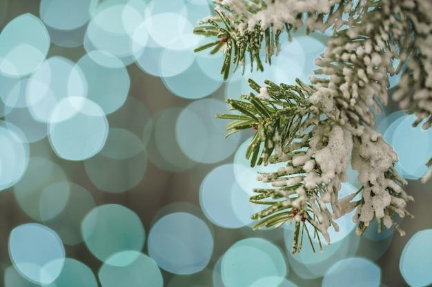 Unscharfer blauer weihnachtsfeiertagslicht bokeh hintergrund