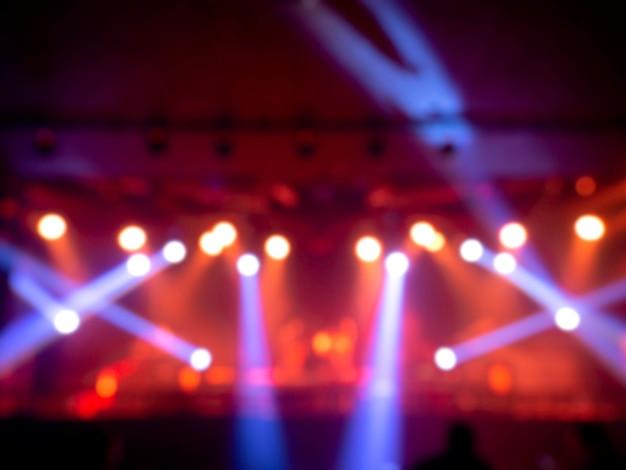 Unscharfer bühnenlichtkonzerthintergrund mit buntem strahl und laserstrahlen auf der bühne