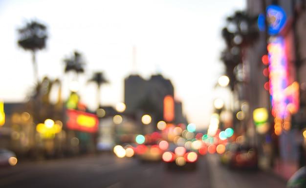 Unscharfer defocused hintergrund von hollywood boulevard nach sonnenuntergang