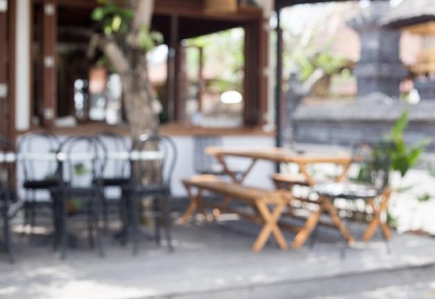 Unscharfer hintergrund des straßencafés im loft-stil. es ist leer