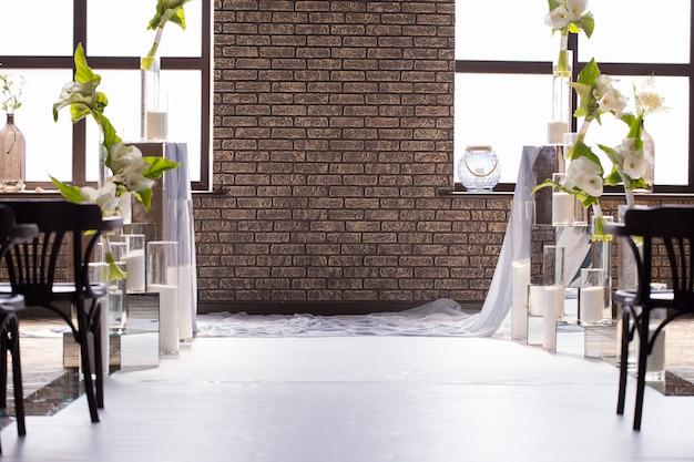 Unscharfer hintergrund mit hochzeitsdekor für die braut und den bräutigam. foto für postkarte