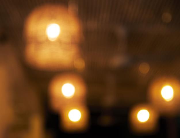 Unscharfer hintergrund. restaurant mit tischen und stühlen verwischen hintergrund mit bokeh-licht.