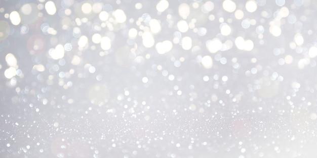 Unscharfer hintergrund. weihnachtshintergrund mit tannenbaum und dekor. draufsicht mit kopienraum