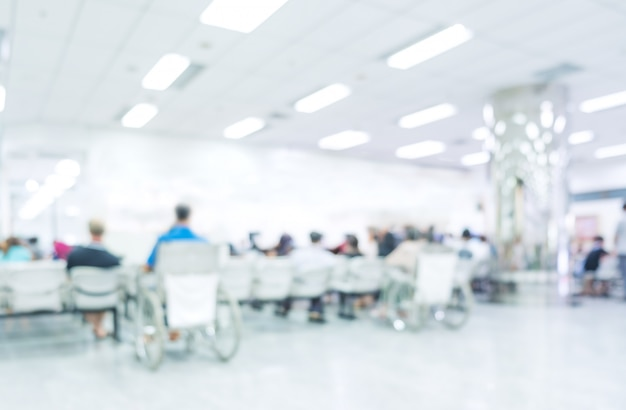 Unscharfer innenraum des krankenhauses oder klinisches mit leuten - abstrakter medizinischer hintergrund.