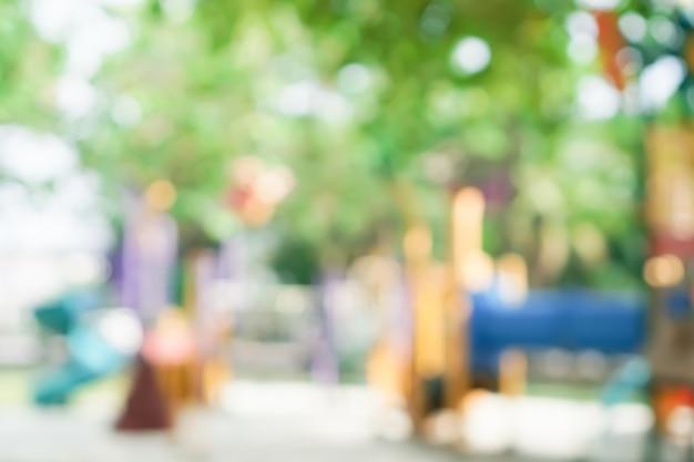 Unscharfer kinderspielplatz im freien parkkopierraum.
